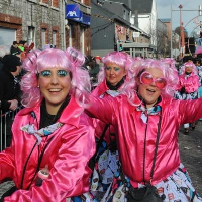 Karneval in Kelmis mit rosa Perücken