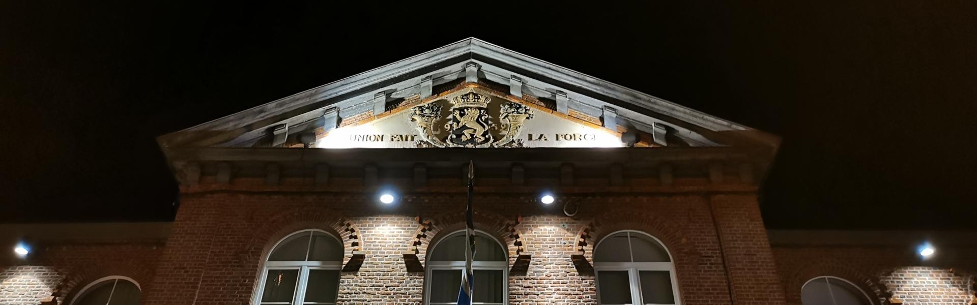 Das Kelmiser Gemeindehaus bei Nacht